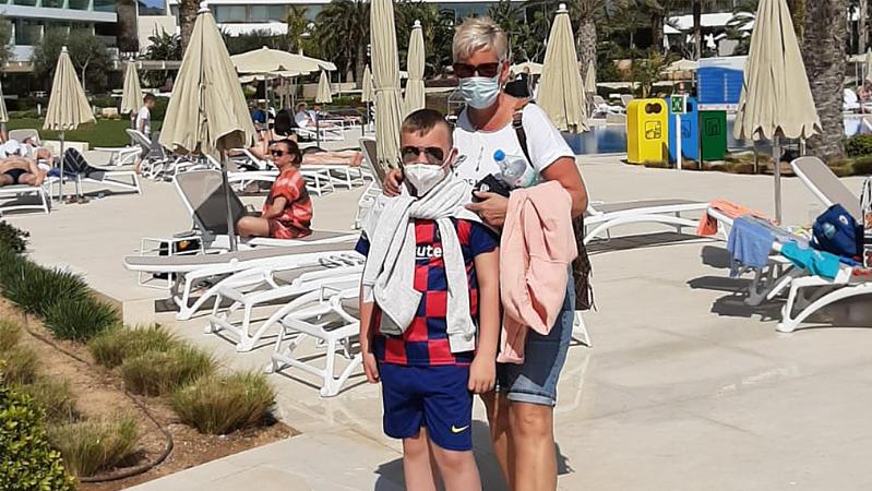 Da war die Welt noch in Ordnung: Oma Jutta und Enkel Joe genießen ihren Mallorca-Kurzurlaub.