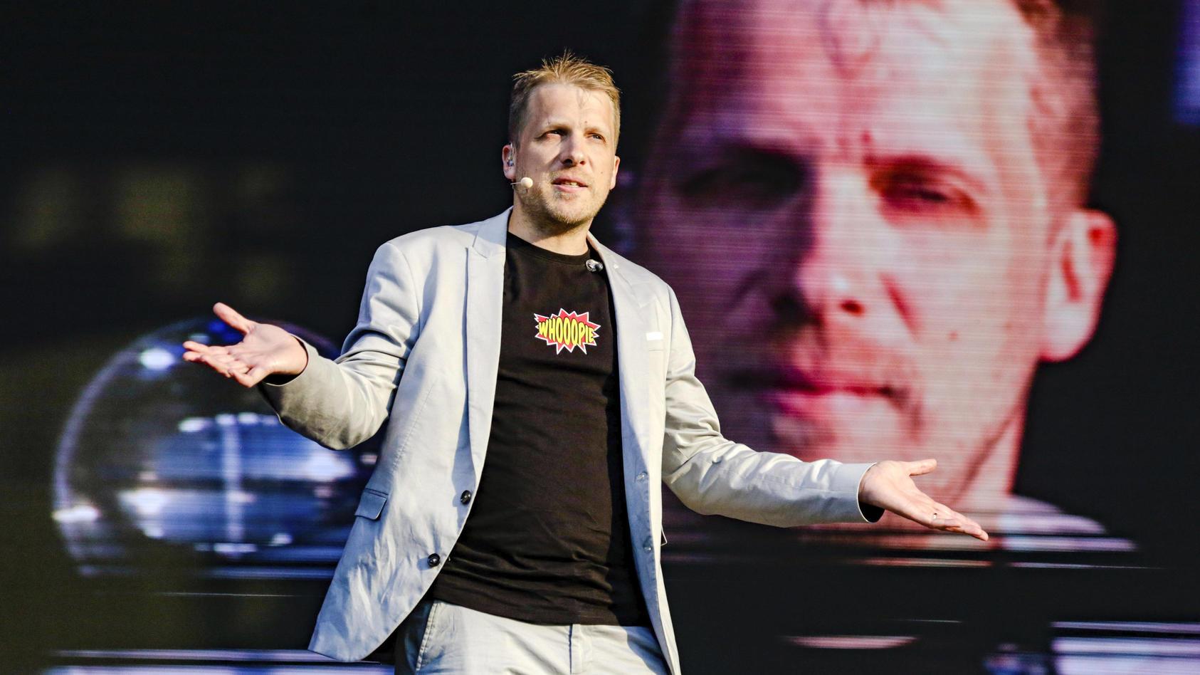 Oliver Pocher auf der Bühne auf einem Schützenplatz. in Hannover. Im Sommer wird er wohl wieder kommen.