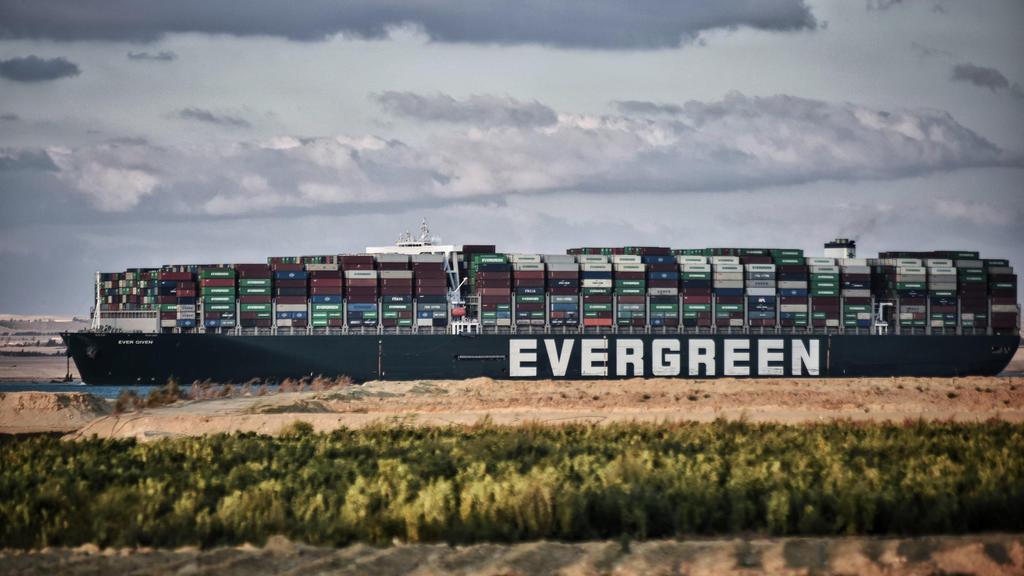 Das Containerschiff Ever Given fährt über den Suezkanal. Nach tagelanger Blockade durch das riesige Containerschiff ist der Suezkanal wieder frei.