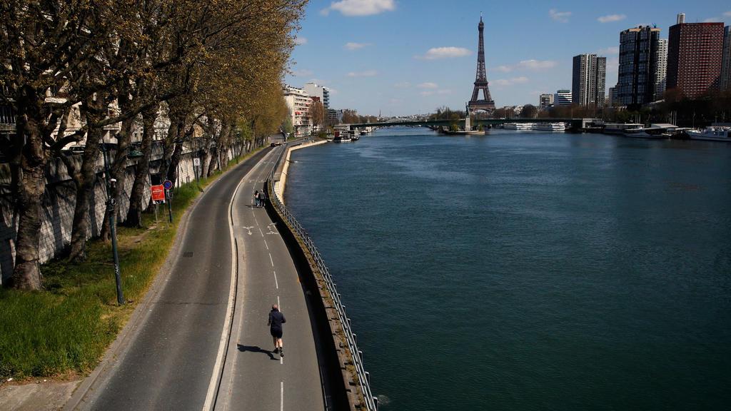 ARCHIV - 04.04.2020, Frankreich, Paris: Ein Mann joggt auf einem fast menschenleeren Radweg am Seineufer entlang.  Seit rund zwei Wochen war sie verschwunden - jetzt ist die 16-jährige Isabella aus Celle allen Anzeichen nach in Frankreich aufgetaucht