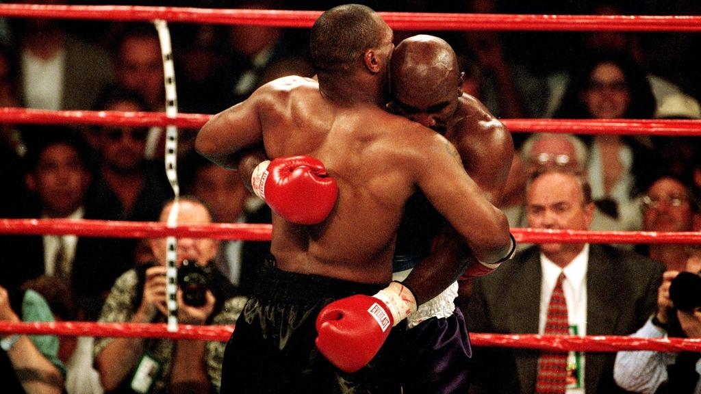Mike Tyson li. beißt Evander Holyfield beide USA ein Teil des Ohres ab - PUBLICATION ONLY FOR GERMAN, SWISS, AUSTRIAN AND HUNGARIAN MEDIA Icon5590242