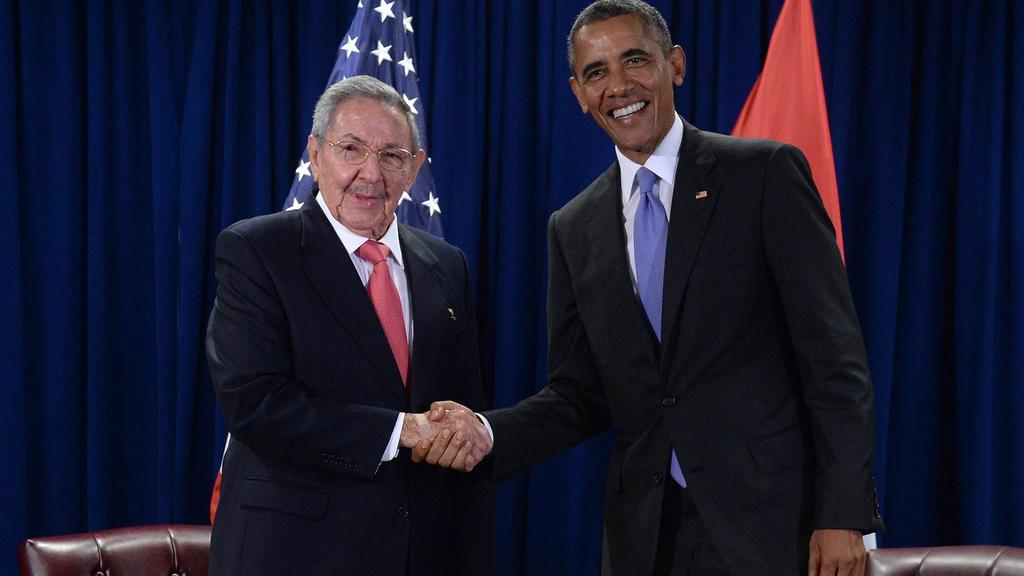 U.S. President Barack Obama (R) shakes hands with Cuban President Raul Castro during meeting at the United Nations Headquarters, New York, on September 29, 2015. Pool PUBLICATIONxINxGERxSUIxAUTxHUNxONLY NYPX20150929103 BEHARxANTHONY/SIPAU S President