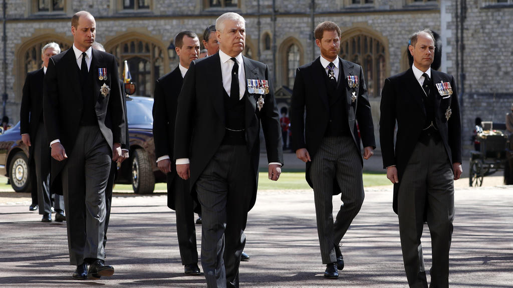 Prinz William und Prinz Harry gehen gemeinsam hinter dem Sarg ihres Großvaters her.