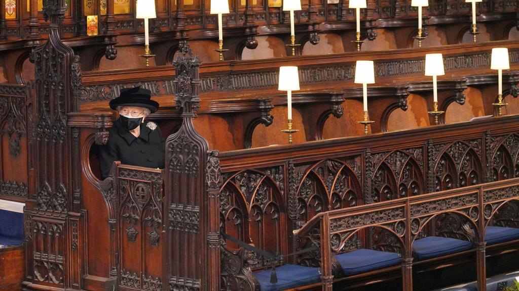17.04.2021, Großbritannien, Windsor: Königin Elizabeth II. von Großbritannien nimmt an der Trauerfeier in der St.-Georgs-Kapelle auf Schloss Windsor teil. Die Trauerfeier und Beisetzung von Queen-Ehemann Prinz Philip, Herzog von Edinburg, finden auf