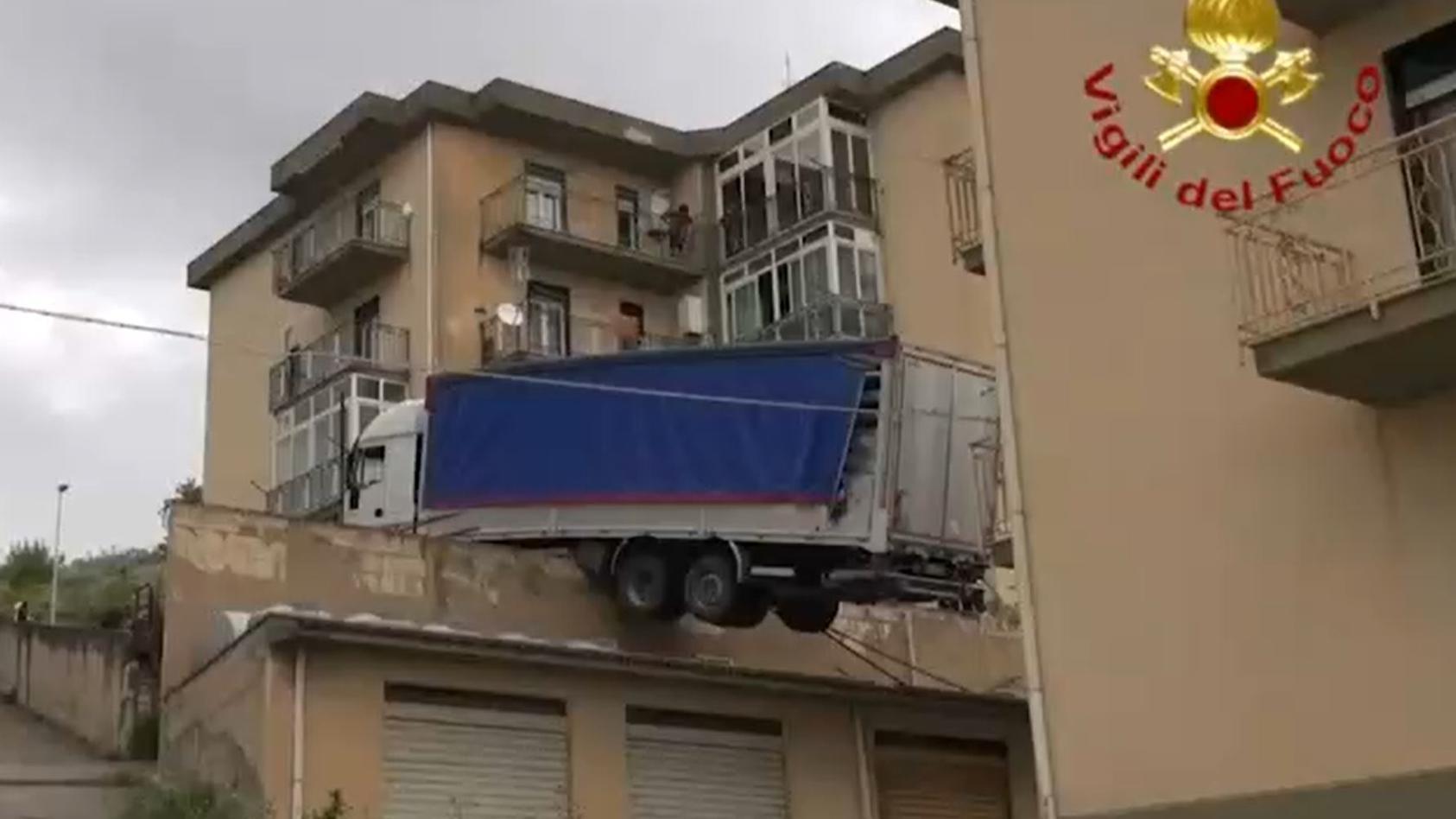In Italien landete ein Lkw nach einem Unfall auf einem Hausdach.