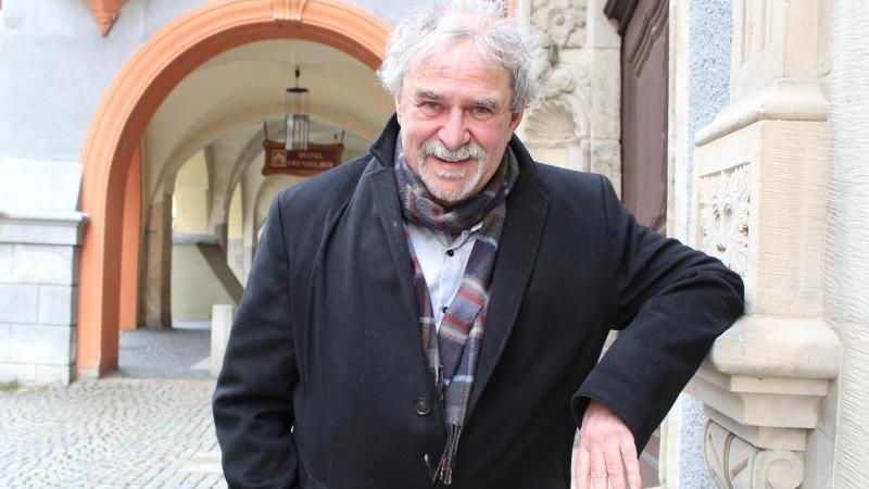 Der langjährige Direktor des Schlesischen Museums in Görlitz, Markus Bauer, steht vor dem Museum. Foto: Miriam Schönbach/dpa-Zentralbild/dpa/Archivbild