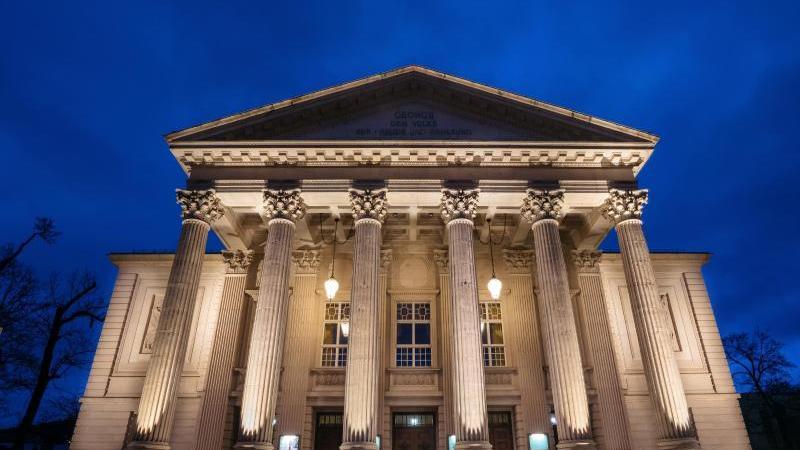 Die Fassade des Meininger Staatstheaters wird in der blauen Stunde von Scheinwerfern angestrahlt. Foto: Arifoto Ug/dpa-Zentralbild/dpa/Archivbild