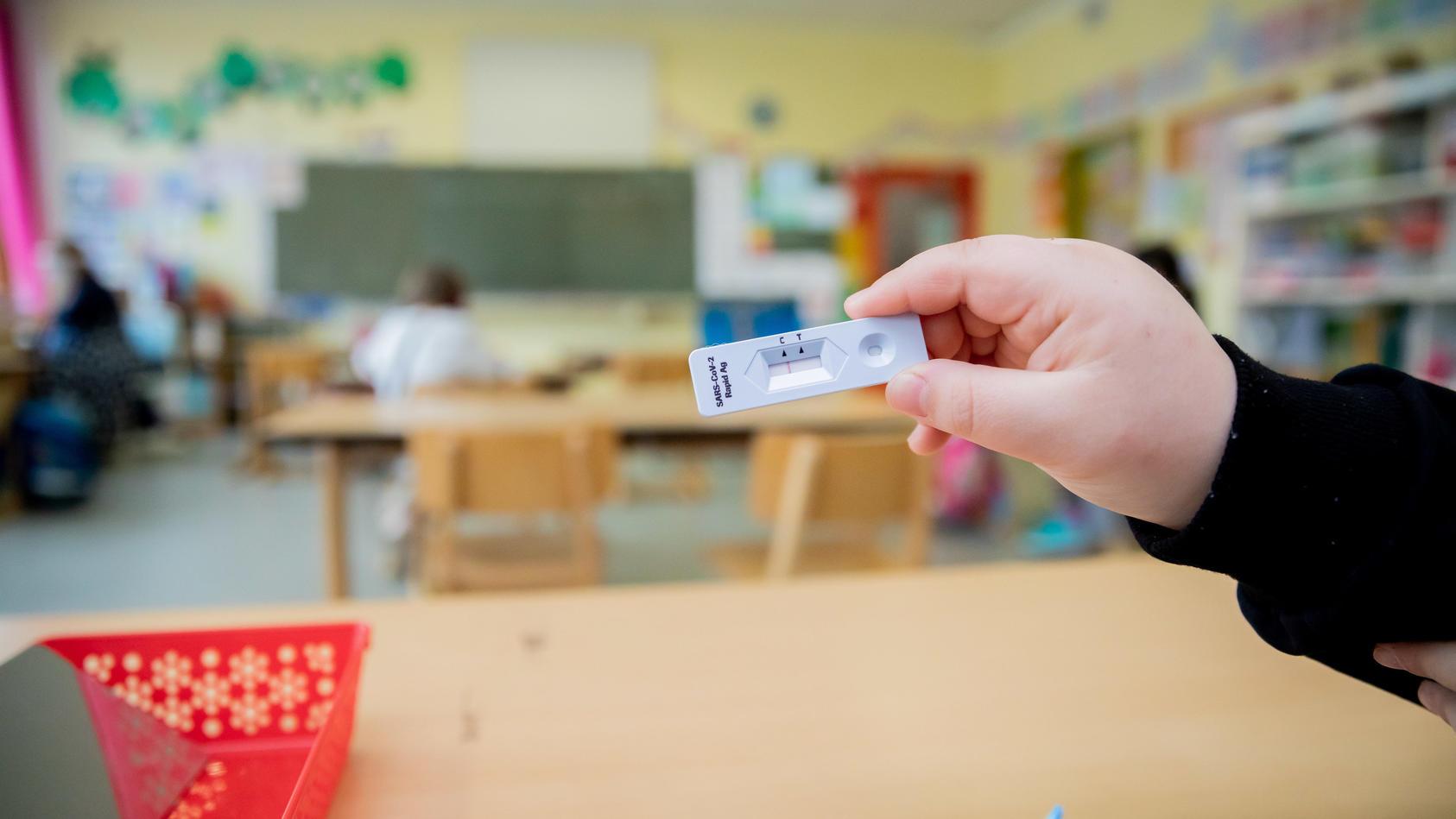 Coronavirus in der Grundschule - Schnelltests gehören längst zum Alltag (Motivbild)