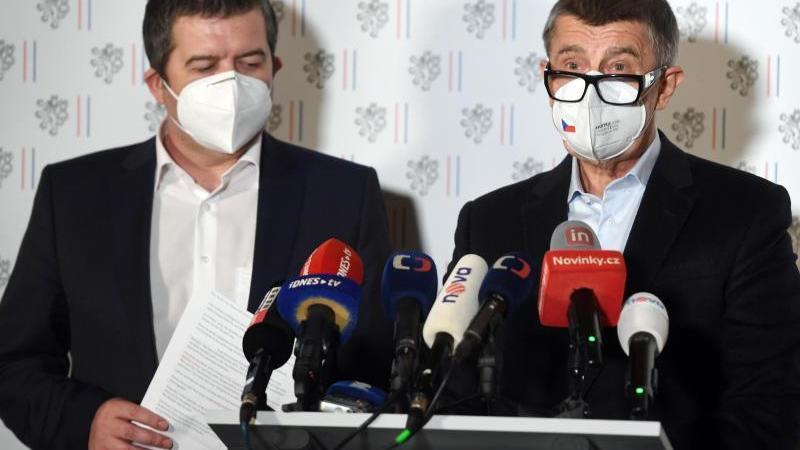 Andrej Babis (r.), Ministerpräsident von Tschechien, und Jan Hamacek, Innenminister von Tschechien, während einer außerordentlichen Pressekonferenz. Foto: Øíhová Michaela/CTK/dpa
