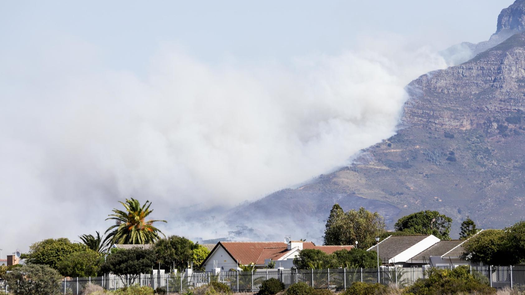 Flammen zerstören Flächen des Tafelbergs in Kapstadt.