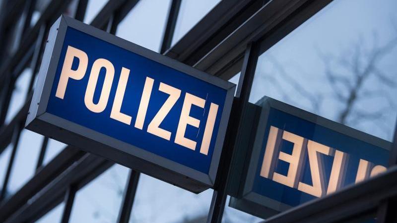 """Der Schriftzug """"Polizei"""" an einem Polizeirevier. Foto: Boris Roessler/dpa/Symbolbild"""