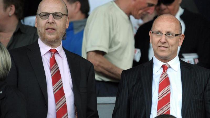 Avri und Joel Glazer besuchen ein Spiel von Manchester United. Foto: Robin Parker