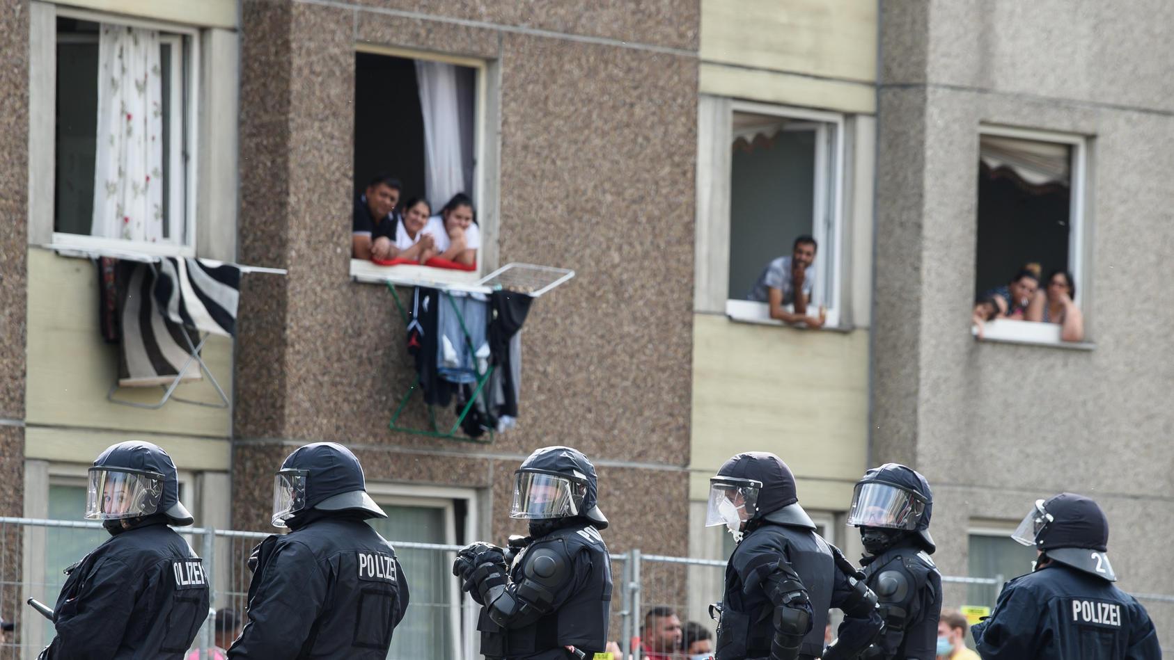 Die Polizeikräfte wurden am 20. Juni vor dem Hochhaus unter anderem mit Steinen und Flaschen attackiert.