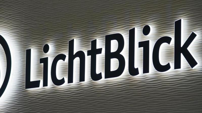 Das Unternehmenslogo des Hamburger Ökostromanbieters Lichtblick ist in der Unternehmenszentrale zu sehen. Foto: Marcus Brandt/dpa/Archivbild