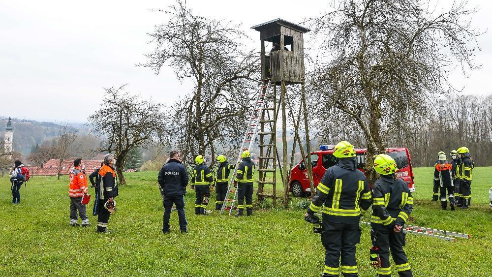 Ein 5-Jähriger kommt nicht mehr alleine vom Hochsitz herunter. Weil Mutter und Sohn unter Höhenangst leiden, rückte die Feuerwehr an.