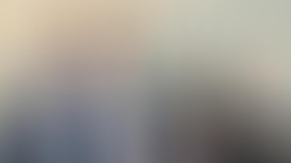 """Chris Hemsworth (l.) bei einer Pressekonferenz in Australien, an seiner Seite """"Mad Max""""-Regisseur George Miller."""