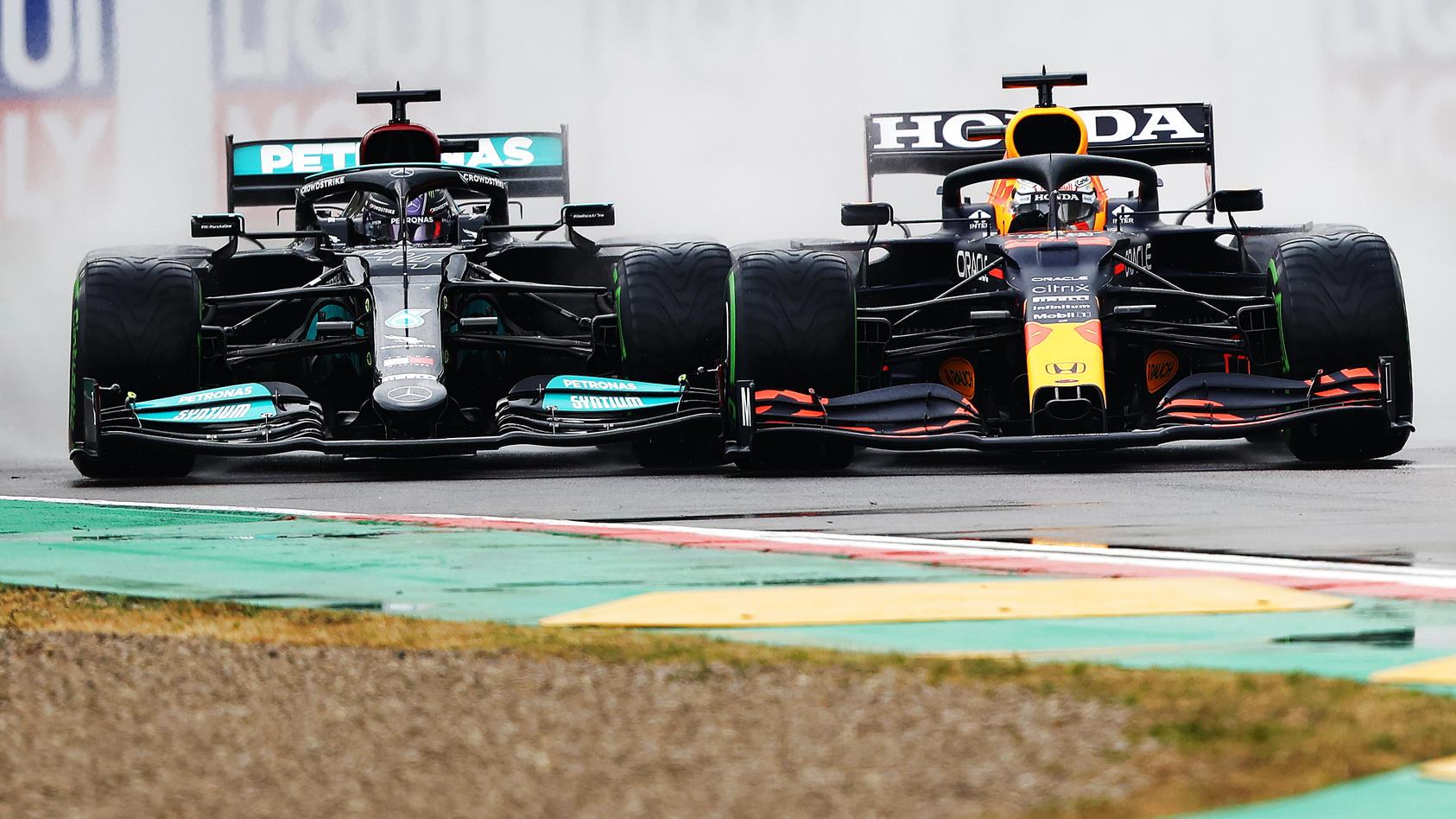 Lewis Hamilton (links) gegen Max Verstappen