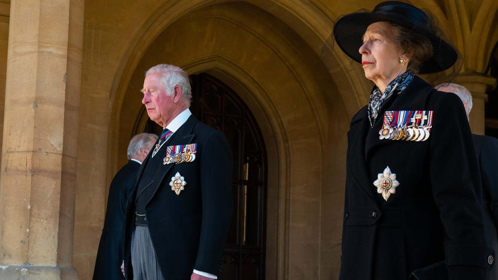 17.04.2021, Großbritannien, Windsor: Thronfolger Charles, Prinz von Wales, und seine Schwester Prinzessin Anne, folgen dem Sarg ihres Vaters. Die Trauerfeier und Beisetzung von Queen-Ehemann Prinz Philip, Herzog von Edinburg, finden auf Schloss Winds