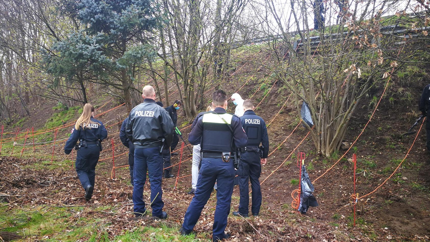 Polizisten entdeckten am Montag (19. April 2021) die mögliche Tatwaffe im Falle eines ermordeten 46-jährigen. Die Tat ereignete sich bereits vor vier Jahren.