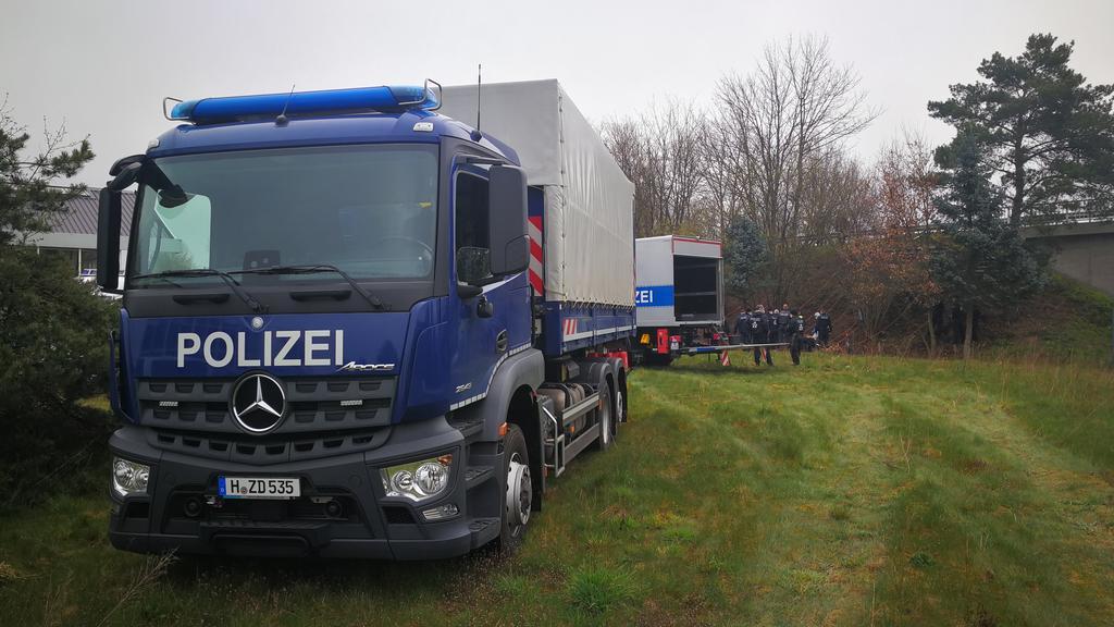 Mit einem Großaufgebot machte sich die Mordkommission am Montag (19.04.2021) am Deiler Weg in der Nähe der Autobahn-Anschlussstelle an der A7 wieder auf die Suche nach dem letzten Puzzlestück.