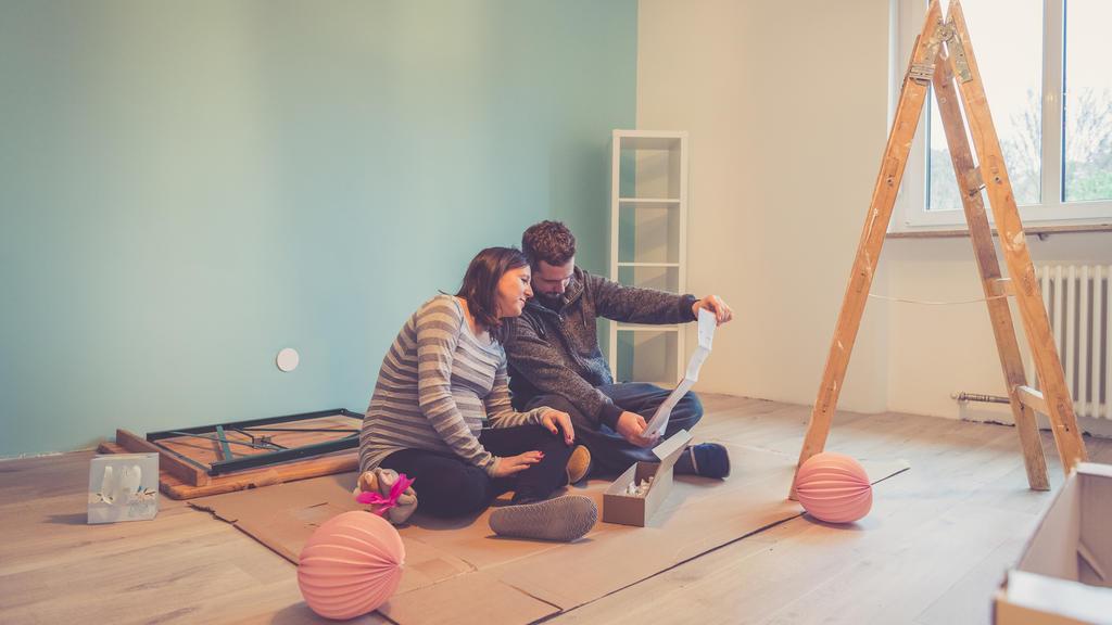 Eltern renovieren das Babyzimmer