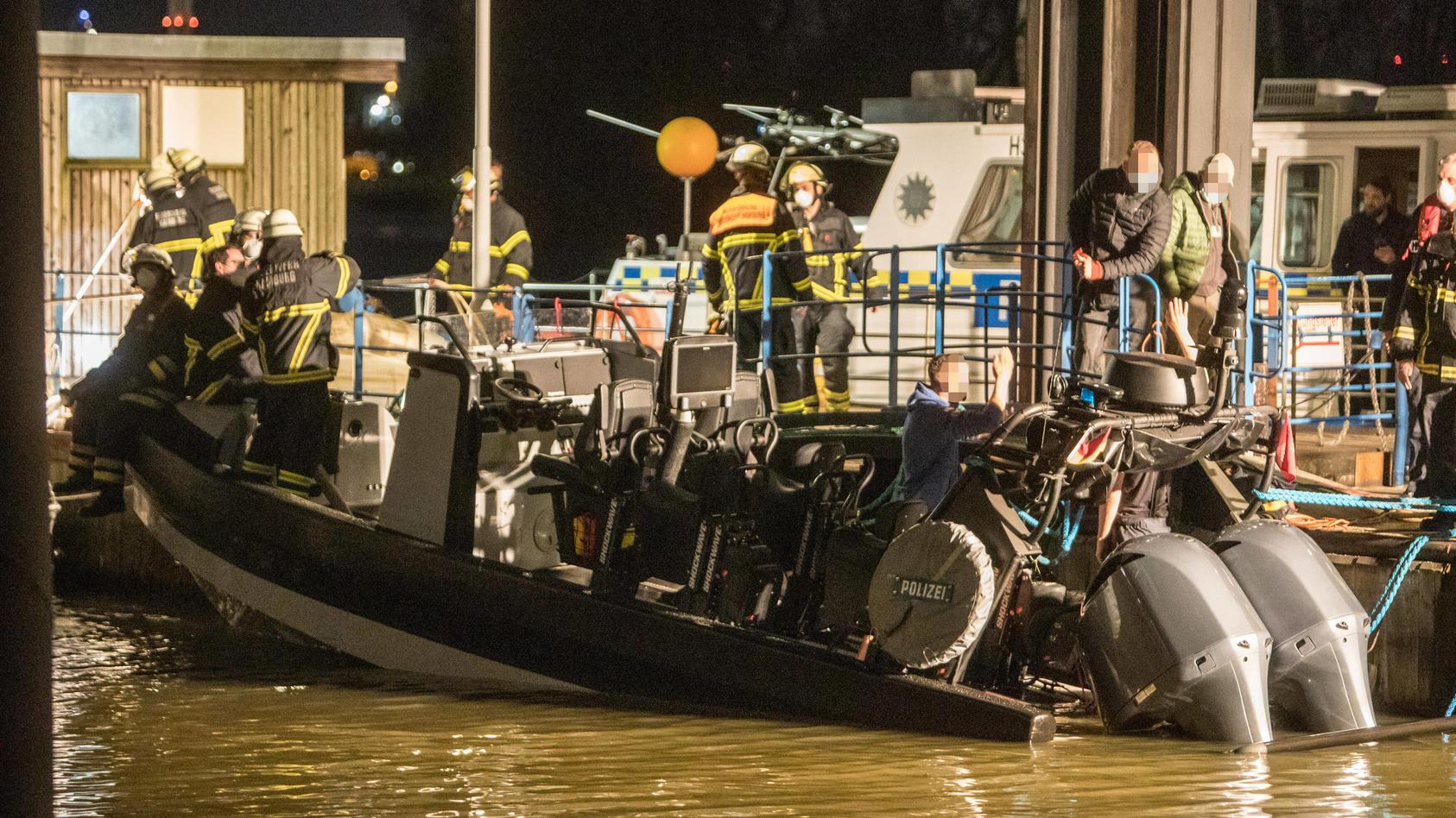 Hamburg: SEK-Boot säuft ab! Feuerwehr im Spezialeinsatz in Hamburg-Steinwerder