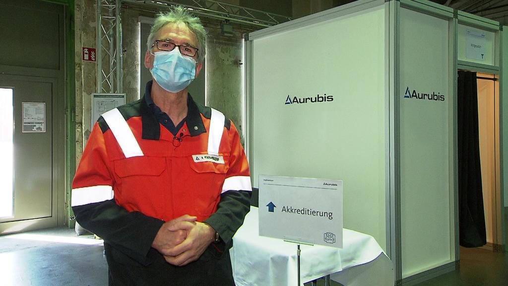 Der Werkarzt Dr. Michael Reusch-Moosleitner der Firma Aurubis präsentiert das fertige Impfzentrum in der alten Schlosserei der Firma Aurubis.