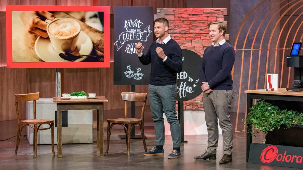 """Angelo (l.) und Sando Torcia präsentieren mit _Coffee Colorato"""" einen Getränkedrucker mit dem man Kaffee- oder Bierschaum mit gewünschten Motiven bedrucken kann. Sie erhoffen sich ein Investment von 175.000 Euro für 15 Prozent der Anteile an ihrem Un"""