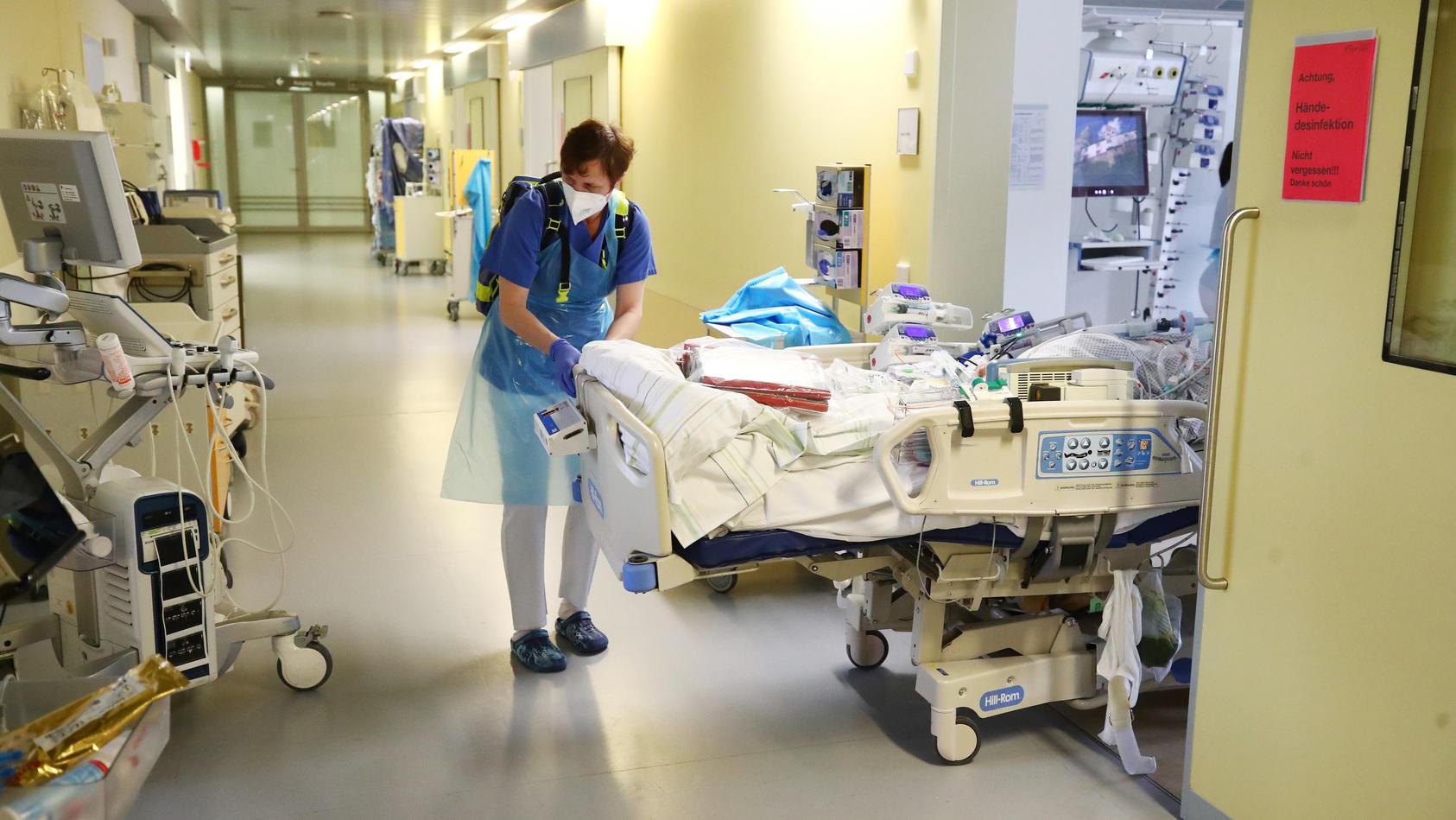Ärzte und Pfleger verlegen einen Patienten in eine neu geschaffene Intensivstaion im SRH Waldklinikum. Die jetzige Intensivstation wird für weitere schwer an Covid 19 erkrankte Patienten erweitert.