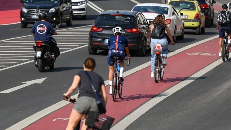 Radfahrer sind in der Innenstadt auf einem Fahrradstreifen unterwegs. Foto: Arne Dedert/dpa/Symbolbild