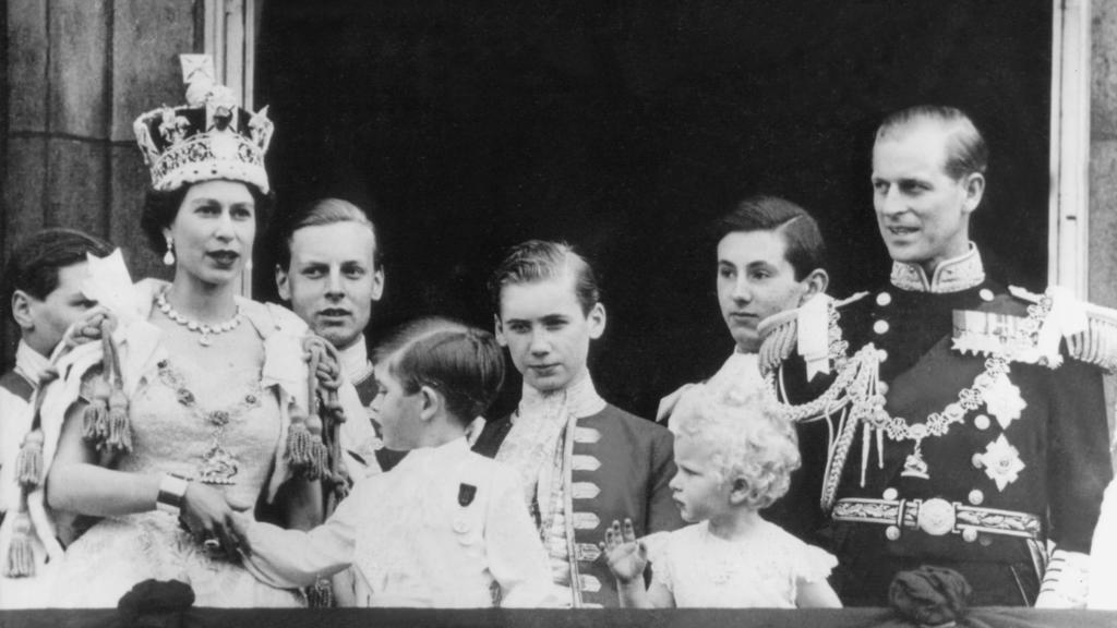 Königin Elizabeth II auf Balkon des Buckingham Palace nach ihrer Krönung im Jahr 1953