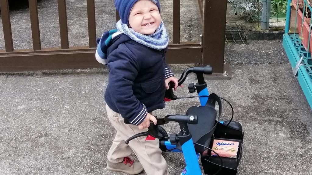 Leo hat spinale Muskelatrophie und hat gelernt, mit seinem Kinderrollator zu laufen. Jetzt macht er sogar erste komplett freie Schritte!