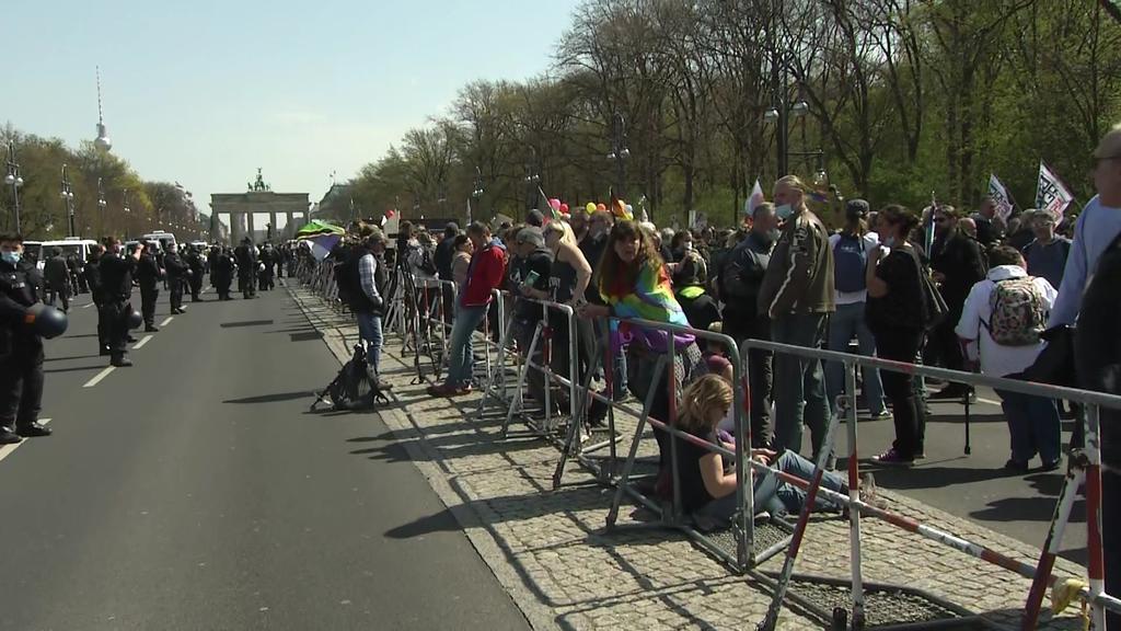 Demonstranten versammeln sich vor dem Brandenburger Tor
