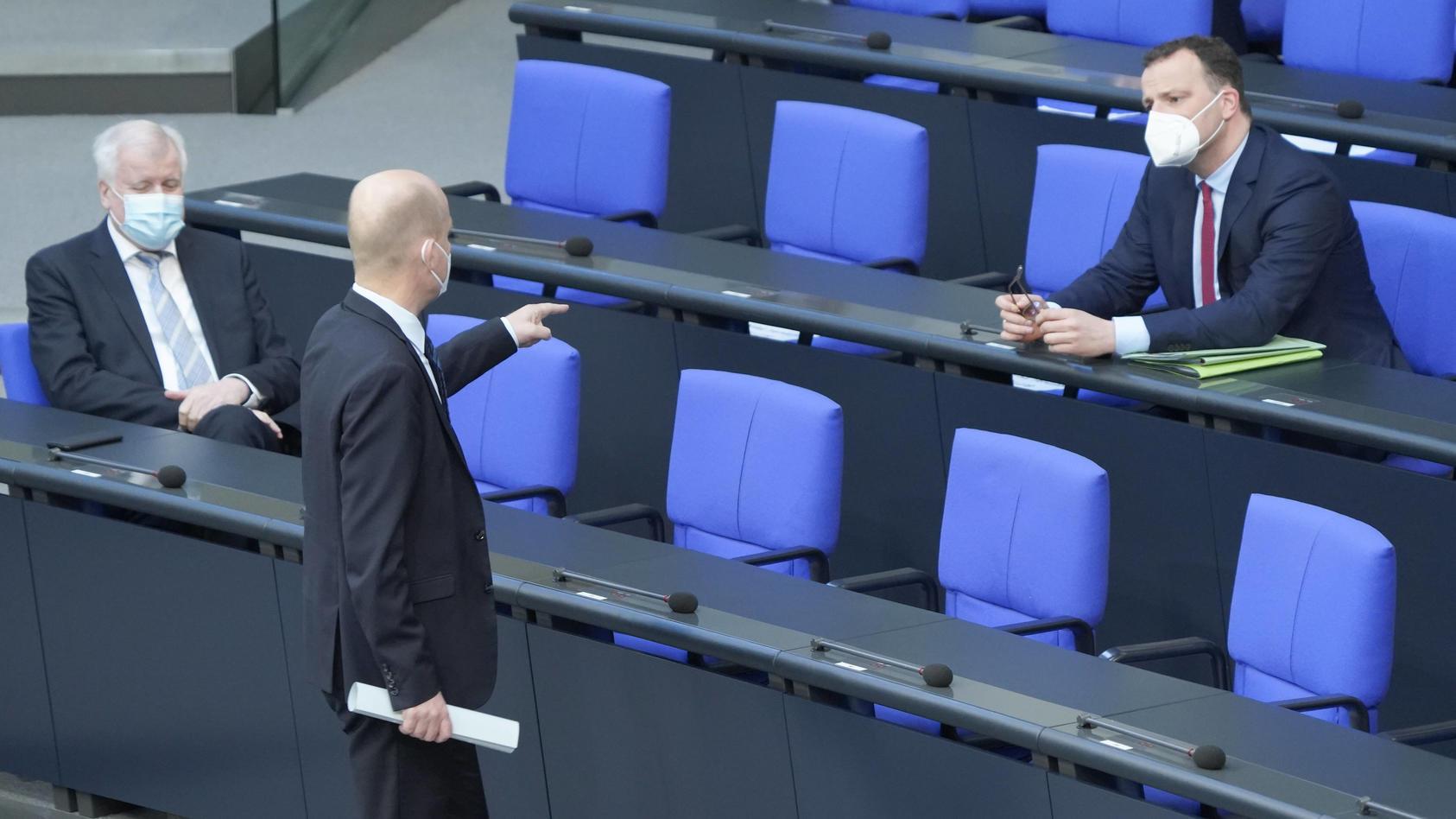 Die geplante Corona-Notbremse hat im Bundestag zu einem heftigen Schlagabtausch geführt.