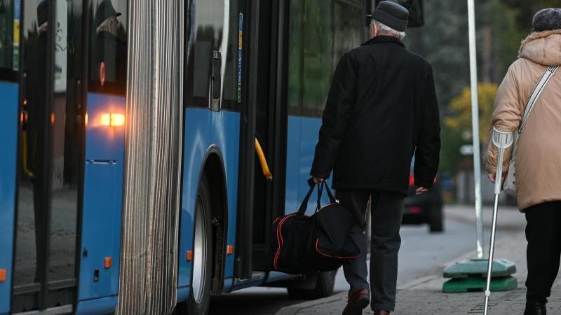 Ein Bus in Chemnitz. Foto: Hendrik Schmidt/dpa-Zentralbild/dpa/Archivbild