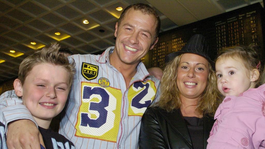 Willi Herren 2004 mit seiner Lebensgefährtin Mirella und ihren gemeinsamen Kindern nach seiner Rückkehr aus dem australischen Dschungel-Camp am Frankfurter Flughafen.