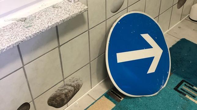 Stellen Sie sich vor, Sie gehen ins Badezimmer und plötzlich finden Sie dort ein Verkehrsschild. Passiert ist das einer Bielefelderin.