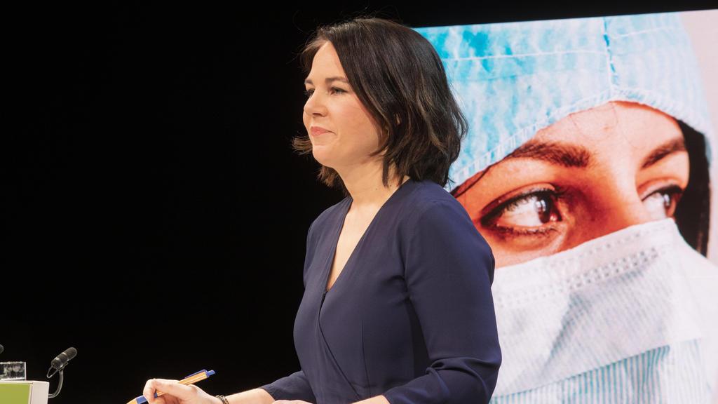 Annalena Baerbock von den Grünen spricht bei einer Pressekonferenz