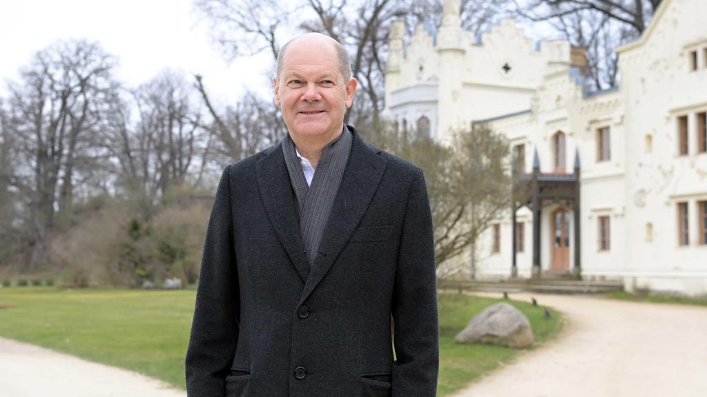 Olaf Scholz (SPD), Bundesminister für Finanzen, steht auf einem Weg vor dem Kleinen Schloß im Park Babelsberg.