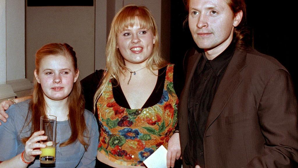 Barby Kelly im Jahr 2000 mit ihrer Schwester Maite und Bruder Joey.  Im selben Jahr zog sich Barby aus der Öffentlichkeit zurück.