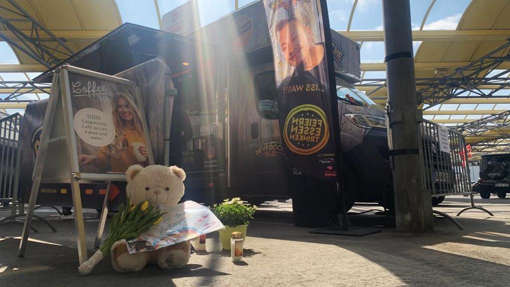 Fans haben bereits Blumen und Briefe vor dem Foodtruck abgelegt.