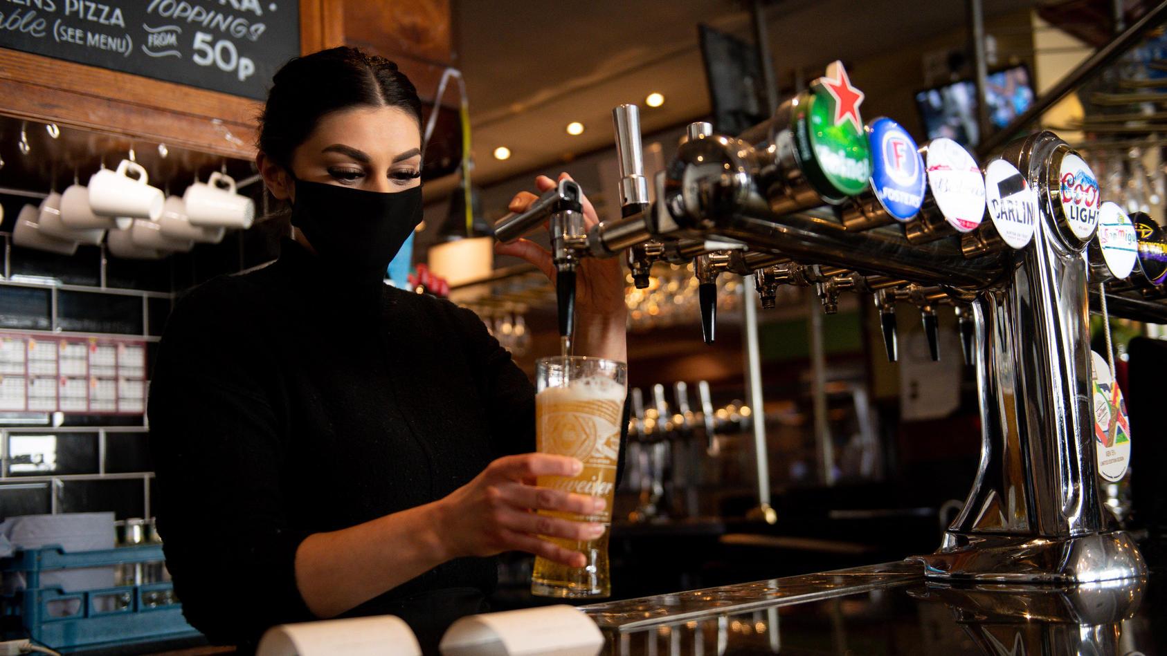 Ein Bierchen mit den Kollegen trinken: Das ist bei diesem Job auf jeden Fall drin.