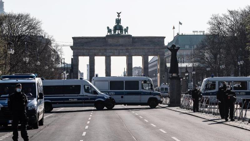 Einsatzkräfte der Polizei stehen vor einer Demonstration gegen die Corona-Maßnahmen auf der Straße des 17. Juni in Berlin. Foto: Paul Zinken/dpa-Zentralbild/dpa