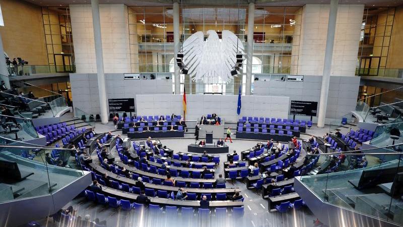 Abgeordnete nehmen an der Sitzung des Bundestags teil. Foto: Kay Nietfeld/dpa