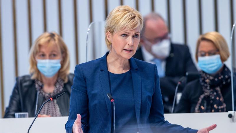 Manuela Schwesig (SPD), die Ministerpräsidentin von Mecklenburg-Vorpommern, spricht. Foto: Jens Büttner/dpa-Zentralbild/dpa