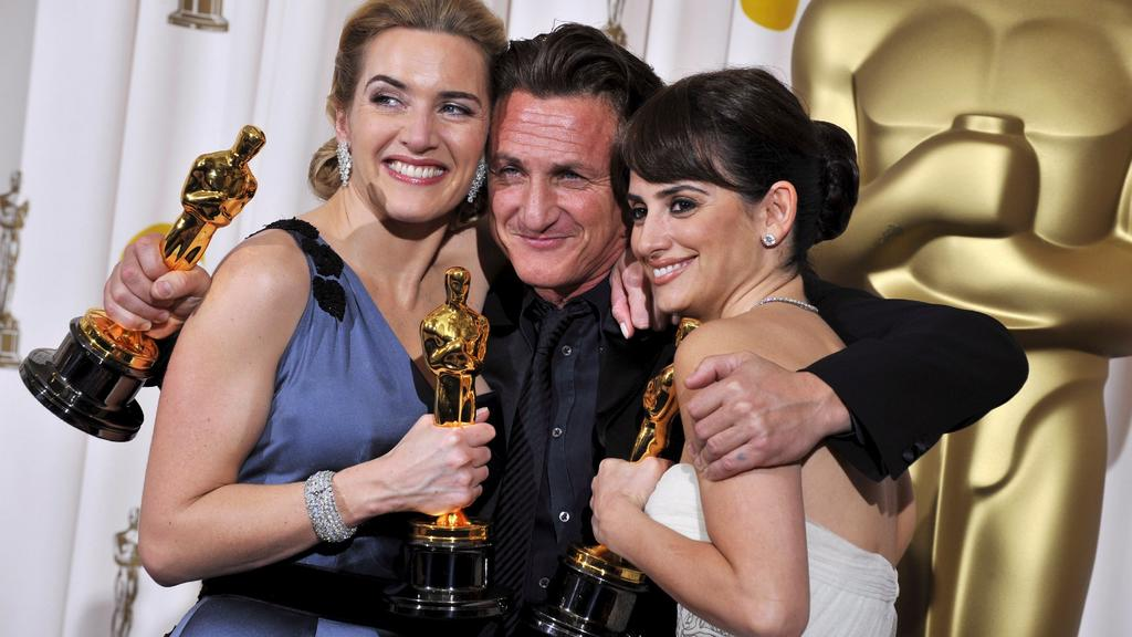 US actor Sean Penn (C), Spanish actress Penelope Cruz (R) and English actress Kate Winslet (L) hold their Oscars after winning Best Actor, Best Supporting Actress and Best Actress respectively at the 81st Academy Awards 22 February 2009 at the Kodak