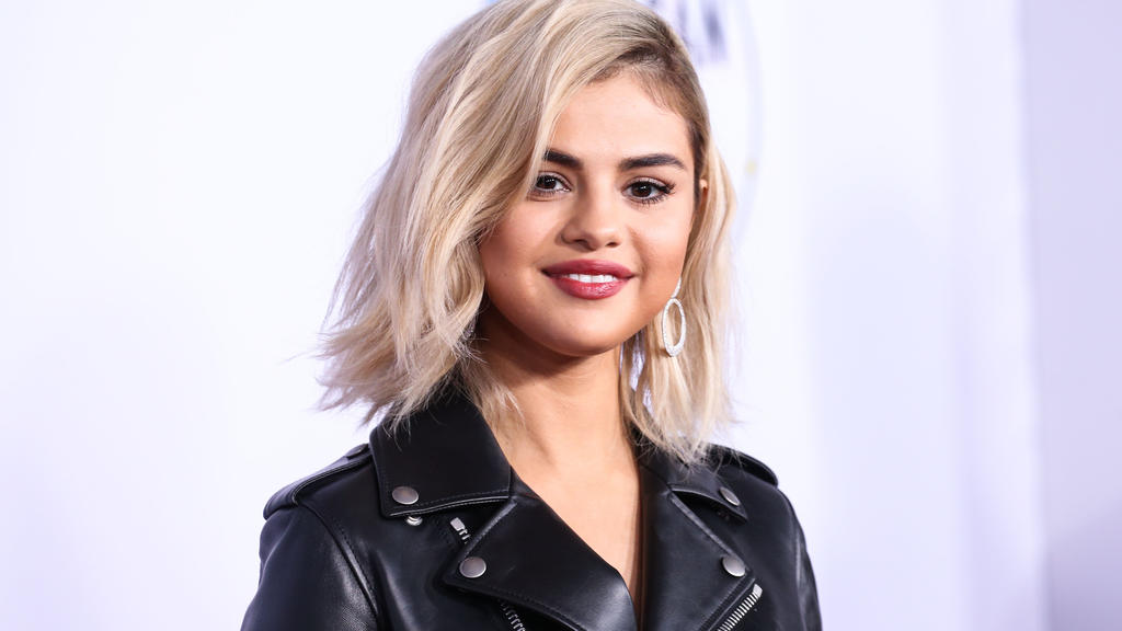 19 November 2017 - plötzlich blond: Selena Gomez takes her fans' breath away at the American Music Awards.