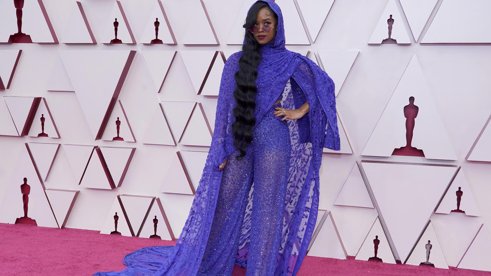 Sängerin H.E.R. in einem Outfit, das an eine Gardine erinnert