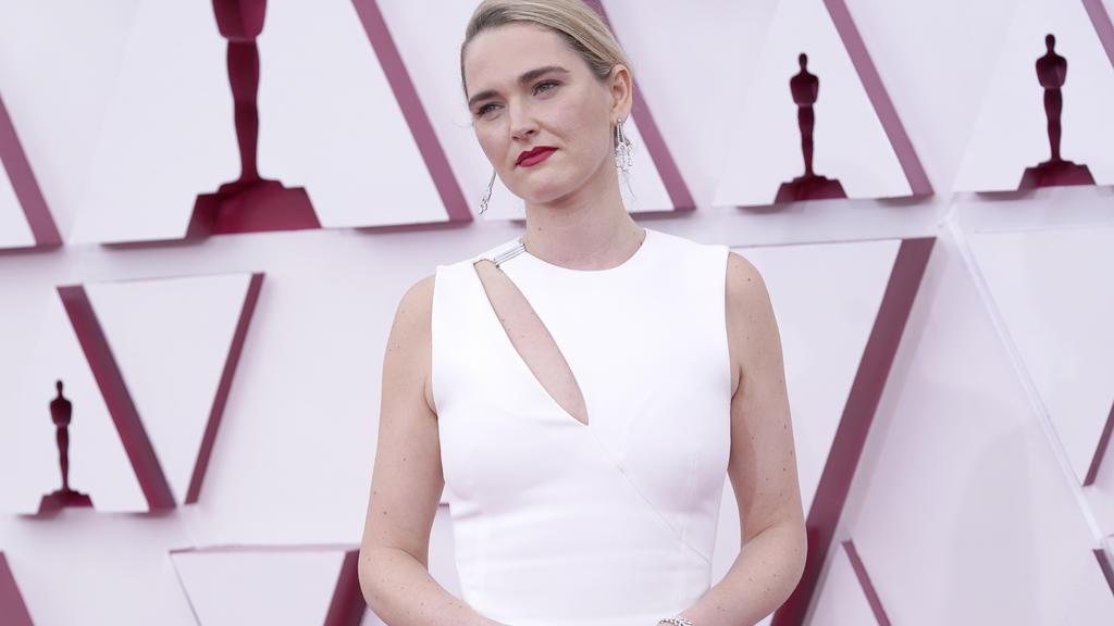 Stand-Up Comedienne und Schauspielerin Jena Friedman (38) mit dezentem Cut in Weiß.