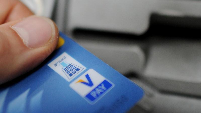 Kontowechsel leicht gemacht: Eine neue Bankkarte kann viel Geld sparen.